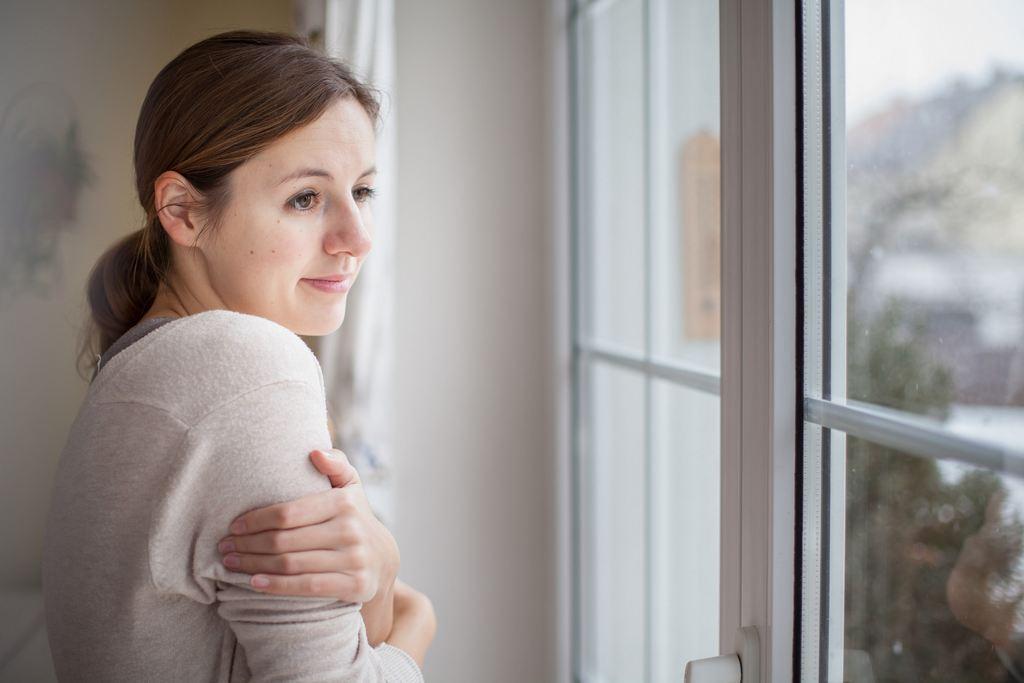 Une fenêtre ancienne procure une sensation de froid et d'inconfort